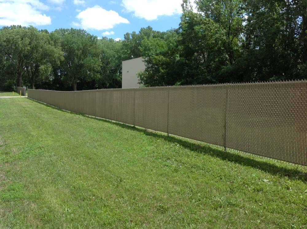 chain link fence windscreen, chain link fence privacy screen, milwaukee fence installation, waukehsa fence, fencing milwaukee