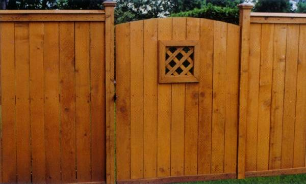 Metropolitan Fence Custom Installs Estate Plank Wood Privacy Fences in Milwaukee and Waukesha Wisconsin